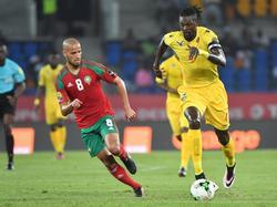 Karim El Ahmadi (l.) moet in de achtervolging bij Emmanuel Adebayor (r.) tijdens het Afrika Cup-duel tussen Marokko en Togo (20-01-2017).
