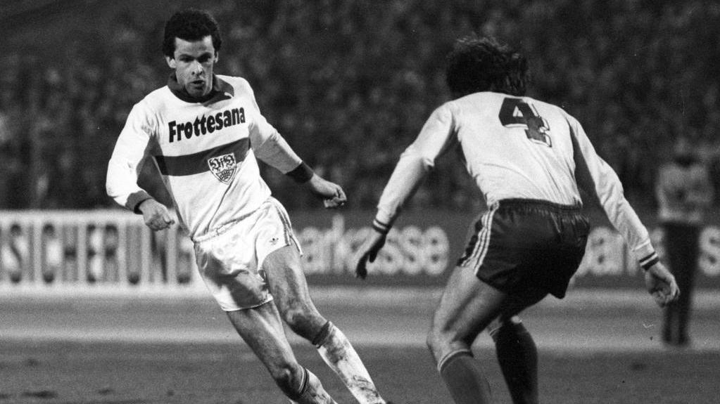 Ottmar Hitzfeld (l.) und der VfB Stuttgart stiegen 1977 in die erste Bundesliga auf