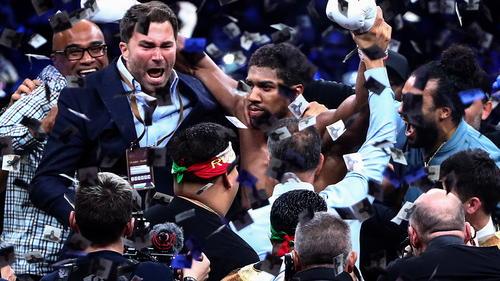 Eddie Hearn (li.) schickt Anthony Joshua (Mitte) gegen Tyson Fury in den Ring