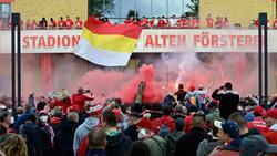 Fans von Union feiern vor dem Balkon, auf dem die Mannschaft steht, die starke Saison ihrer Mannschaft