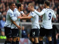 Andros Townsend (Zweiter von links) tifft am liebsten in weiß - für England und für Tottenham