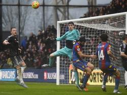 Thibaut Courtois in duel met Mile Jedinak van Crystal Palace. John Terry (l.) en Lee (r.) kijken toe. (03-01-2016)