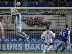 FC Den Bosch-doelman Kees Heemskerk (l.) weet een simpele voorzet niet te vangen, waardoor Maikey Parami (m.) vlak voor tijd namens VVSB de 2-3 kan maken. (03-02-2016)