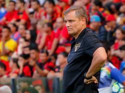 Diego Aguirre, DT de Sao Paulo, mira el juego desde la zona técnica. (Foto: Imago)