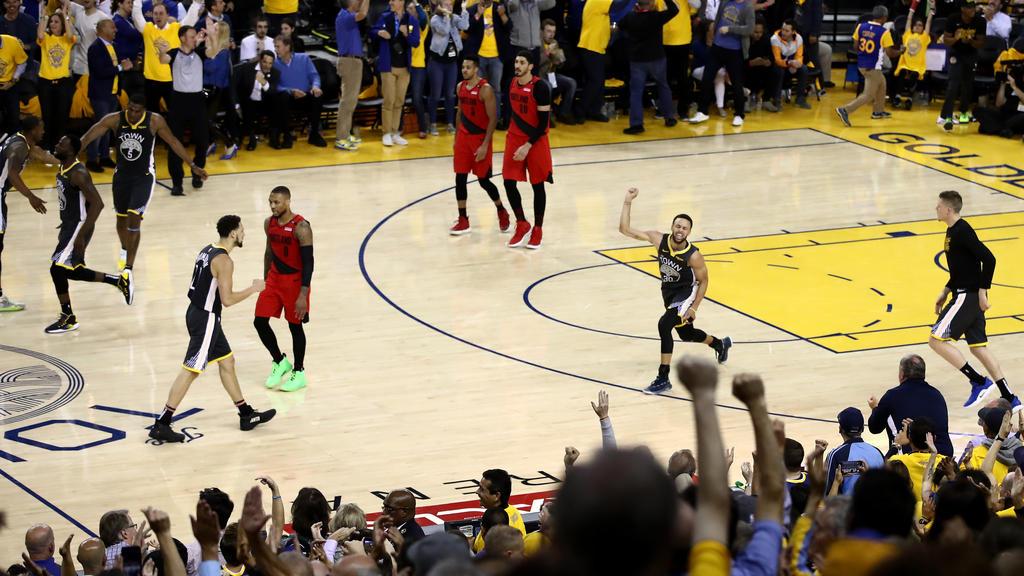 Warriors-Star Stephen Curry (r.) bejubelt den Sieg gegen Portland
