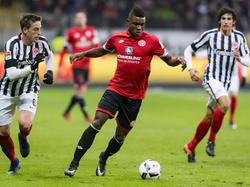 Córdoba vio la roja directa contra el Frankfurt. (Foto: Getty)