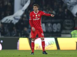 SL Benfica-verdediger Victor Lindelöf geeft aanwijzingen tijdens het duel met Vitória Guimarães. (07-01-2017)