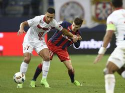 Anwar El Ghazi (l.) moet Frédéric Guilbert (r.) van het lijf houden in het Ligue 1-duel tussen Lille OSC en SM Caen. (18-02-2017)