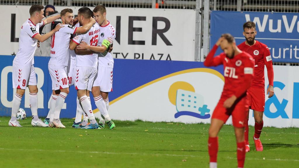 Die Kölner (rote Trikots) unterlagen zu Hause gegen Lübeck