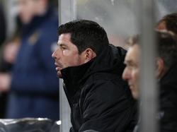 De wedstrijd is niet erg spannend, maar Erwin van de Looi zit op het puntje van zijn stoel bij Roda JC - FC Groningen. (06-12-2015)