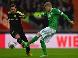 Werder Bremens Aaron Hunt (r.) im Zweikampf mit Borussia Dortmunds Manuel Friedrich