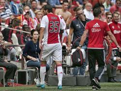 Mitchell Dijks verlaat het veld met een liesblessure. De linksback van Ajax valt in de thuiswedstrijd tegen ADO Den Haag al heel vroeg uit. (30-08-2015)
