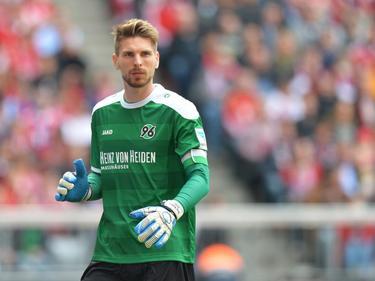 Ron-Robert Zieler is geconcentreerd tijdens de laatste competitiewedstrijd van het seizoen. Hannover 96 neemt het op tegen landskampioen Bayern München. (15-04-2016)