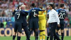 Kroatien-Trainer Dalic (weißes Hemd) ist stolz auf sein Team