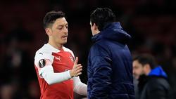 Arsenal-Trainer Unai Emery (r.) ist zufrieden mit Mesut Özil