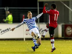 Mark Diemers (l.) vecht een duel uit met Florian Jozefzoon (r.) tijdens het competitieduel Jong PSV - De Graafschap (21-11-2016).