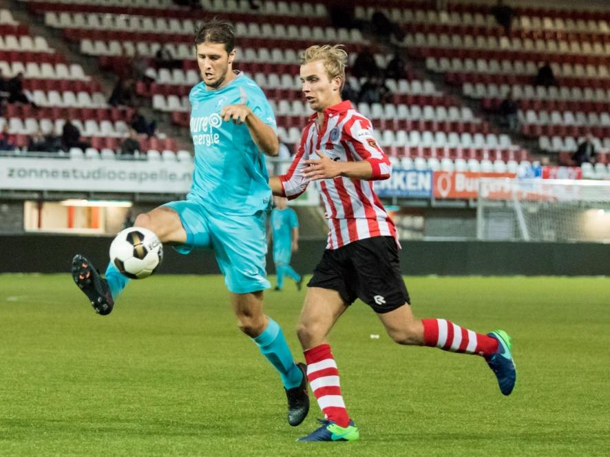 Giorgios Katsikas (l.) ruimt de bal op, voordat Finn Stokkers (r.) van Jong Sparta gevaarlijk kan worden. (03-10-2016)