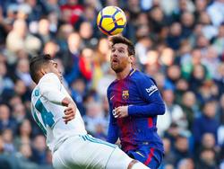 Casemiro y Messi luchan por un balón en pleno enfrentamiento. (Foto: Getty)