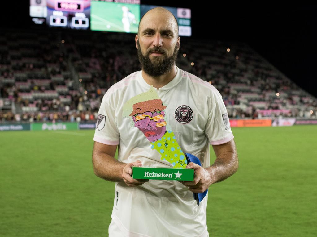 Higuaín posa con el trofeo de Jugador del Partido.