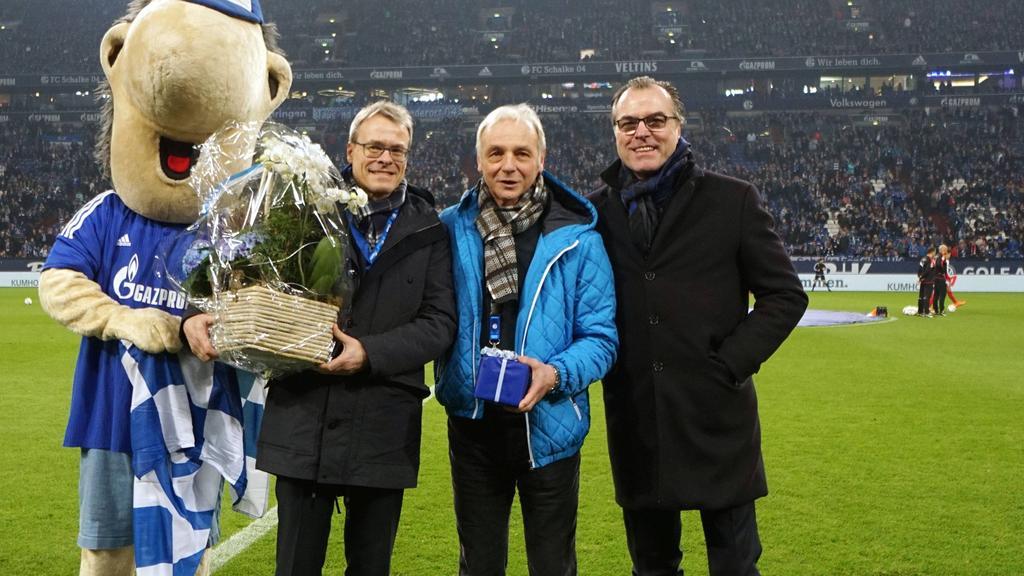 Rüdiger Abramczik (M.) spielte lange für den FC Schalke 04 - und auch für den BVB