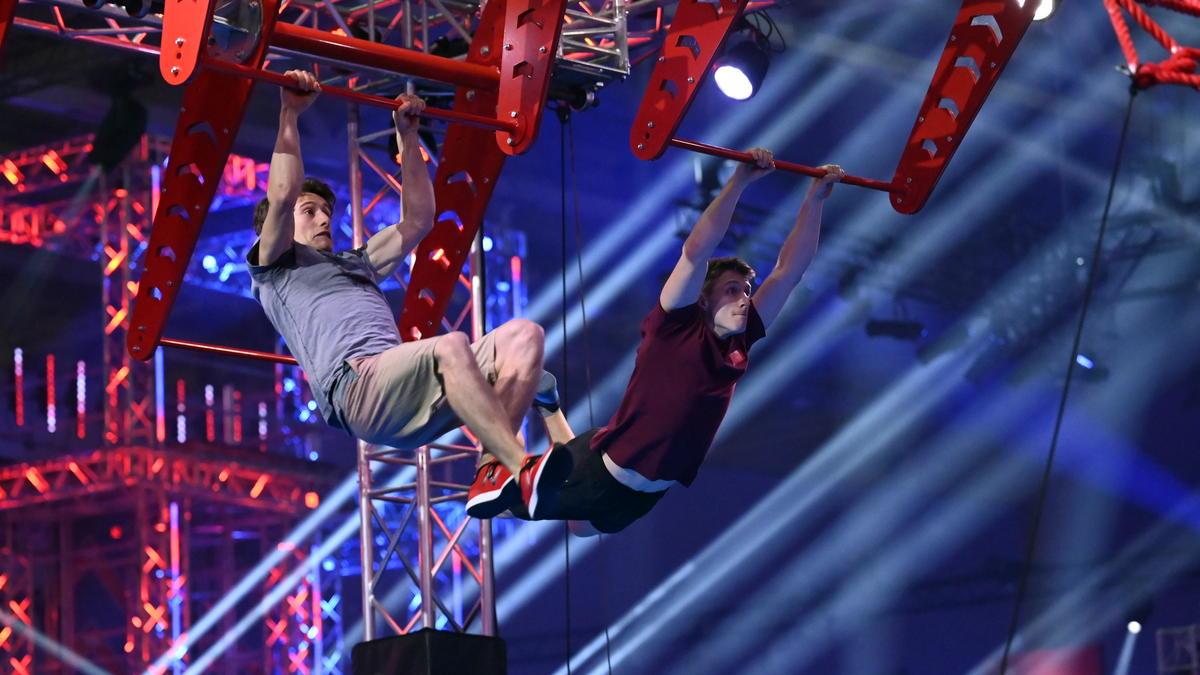 Kim Marschner (l.) holt Schwung für den Sprung ins Ninja-Warrior-Allstars-Finale