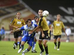 EspanyolsJuanfran(v.l.)versuchtsichimUEFACup-MatchgegenFKTeplicevonseinemGegenspielerz