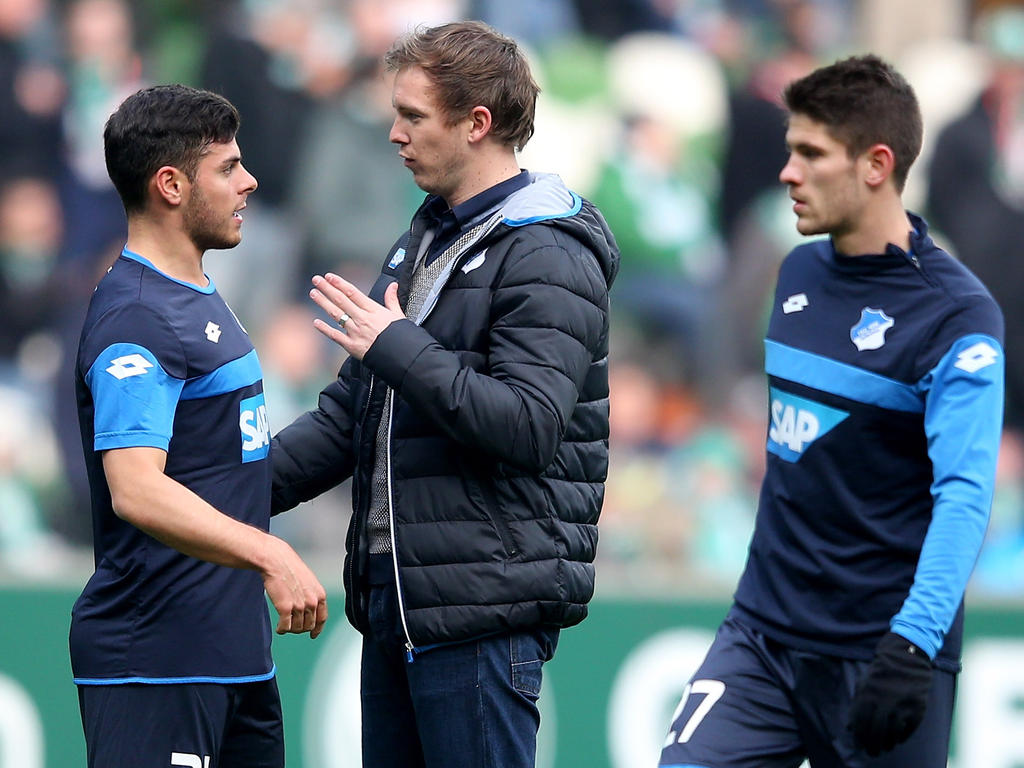 Julian Nagelsmann (M) gibt als jüngster Trainer der Bundesligageschichte sein Debüt