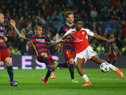 Alex Iwobi (dcha.) en un duelo Champions ante el Barça el pasado febrero. (Foto: Getty)