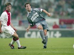 Richard Knopper kan alleen maar toekijken hoe Jean Paul van Gastel een pass verstuurt tijdens Ajax - Feyenoord. (10-09-1999)