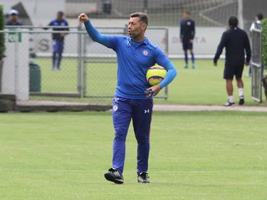 El DT de Cruz Azul, Pedro Caixinha, en un entreno reciente. (Foto: Imago)