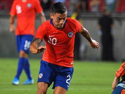 Charles Aránguiz en un duelo con Chile.