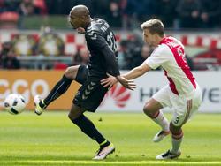 Joël Veltman (r.) houdt Sébastien Haller nauwlettend in de gaten tijdens de competitiewedstrijd Ajax - FC Utrecht. (17-04-2016)