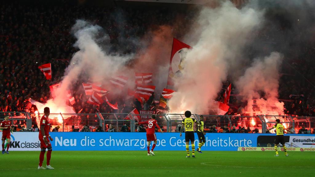 Die Bayern-Fans machten mit Pyro-Technik auf sich aufmerksam