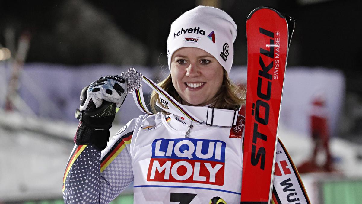 Viktoria Rebensburg präsentiert WM-Silber