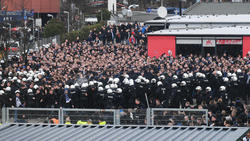 Wartende HSV-Fans vor dem Gästeblock