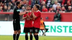 Referee Aytekin (l.) stand nach dem Spiel in Leverkusen im Zentrum der Kritik