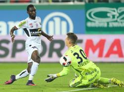 Moumi Ngamaleu schlenzt den Ball an Richard Strebinger vorbei