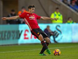 Matteo Darmian geeft een pass tijdens het competitieduel Swansea City - Manchester United (06-11-2016).