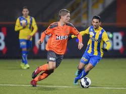 Joey Veerman (l.) is Fatih Kamacı (r.) te slim af tijdens het competitieduel FC Volendam - FC Oss (16-12-2016).