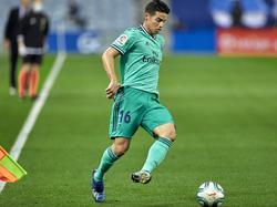 James Rodríguez lleva el cuero con el Madrid.