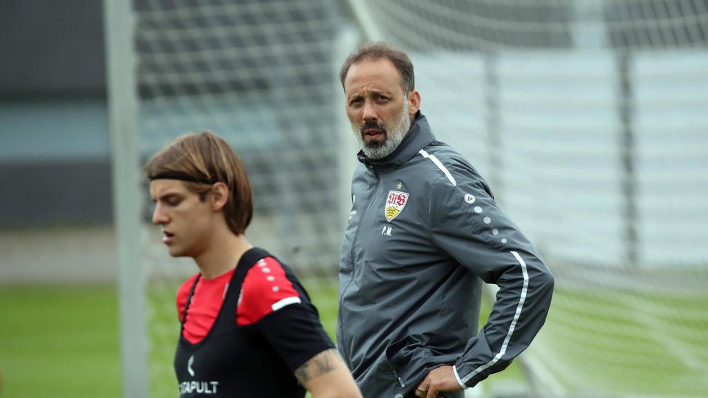 Hat sich zur besonderen Situation seines Spielers Borna Sosa geäußert: VfB-Trainer Pellegrino Matarazzo (r.)