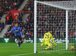 El meta Gazzaniga recibe un tanto con la camiseta del Southampton. (Foto: Getty)