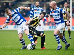 Valeri Qazaishvili (m.) wordt door twee man gedekt tijdens De Graafschap - Vitesse. Lion Kaak (l.) houdt zich met de bal bezig, terwijl Bryan Smeets de boel in de gaten houdt. (21-02-2016)