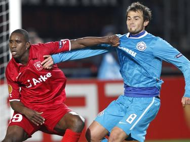 Douglas (l.) houdt spits Danko Lazović onder controle tijdens de Europa League-wedstrijd tussen FC Twente en Zenit Sint-Petersburg. (10-03-2011)