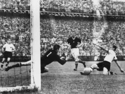 Max Morlock erzielt das 1:2 im WM-Endspiel 1954