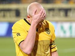 Frank Demouge slaat zichzelf voor zijn kop na afloop van Roda JC Kerkrade - Almere City FC (1-4). (21-11-2014)