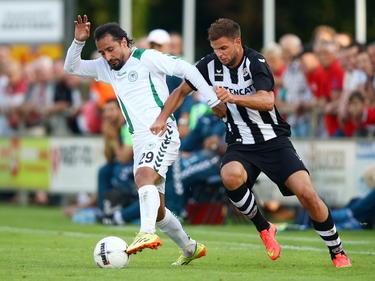 Aleksei Kangaskolkka (r.) krijgt een kans bij Heracles Almelo in de oefenwedstrijd tegen Torku Konyaspor. Hier is de spits in een duel met Djalma. (29-07-2014)