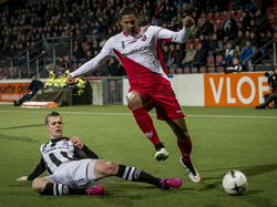 FC Utrecht speler Sebastien Haller (r.) komt niet in het spel voor, Heracles Almelo speler Jeroen Veldmate (l.) heeft hem in zijn zak. (21-02-2015)