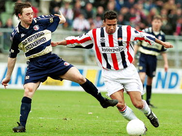 David Connolly (l.) probeert Raymond Victoria de weg te versperren tijdens Willem II - Feyenoord in de Eredivisie. (11-03-2001)