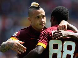 Roms Radja Nainggolan (l.) gratuliert seinem Teamkollegen Seydou Doumbia zum 1:0 gegen Genoa (03.05.2015).